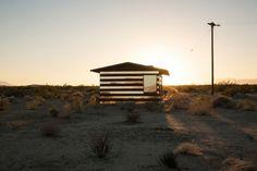 """Phillip K. Smith III est un artiste américain qui vit en Californie, sa dernière installation baptisée """"Lucid Stead"""" est située au beau milieu du High Dese"""