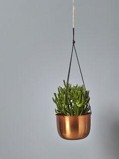 Une fois suspendu, le cache-pot en métal donne de la hauteur à vos envies de déco. Dans un style retro-tendance, le métal et le…