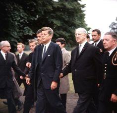 John F Kennedy pictured with Irish Prime Minister Eamon De Valera, Ireland, 1963 ❃❤❁❤✾❤✾❤❁ http://en.wikipedia.org/wiki/John_F._Kennedy
