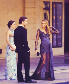 leighton meester and blake lively and NATE ARCHIBALD on gossip girl Gossip Girls, Gossip Girl Prom, Nate Gossip Girl, Moda Gossip Girl, Estilo Gossip Girl, Gossip Girl Fashion, Gossip Girl Dresses, Blake Lively, Chuck Bass