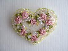 Corazón con perlas y flores