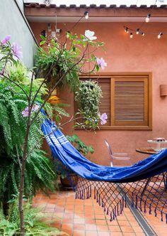 Área externa tem rede de balanço e muitas plantas pendentes nas paredes. Outdoor Beds, Outdoor Rooms, Outdoor Gardens, Outdoor Living, Outdoor Decor, Future House, My House, Jardin Decor, Small Space Interior Design