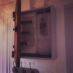 habillage d 39 un compteur lectrique avec une valise r tro le compteur lectrique tait une. Black Bedroom Furniture Sets. Home Design Ideas