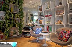 Mostras Loja Casa Cor SP 2014 – Projeto: Daniel Kalil Arquitetura  O detalhe deste ambiente é a parede revestida com plantas naturais. Os nichos que se sobressaem a elas, passam uma ideia de prateleiras flutuantes. Projeto criativo, que ficou lindo e original. #MostrasDeDecoração #DanielKalilArquitetura #CasaCorSP#CasaCor2014#ParedeViva#Plantas NaDecoração#DecoraçãoDeLoja#NichosNaDecoração#EstantesCriativas