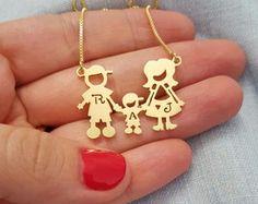 Colar Familia Dourada ... Peça o seu pelo Whats (21) 97266-8643 com frete grátis ! ... #joias #joiasemprata #joiascontemporaneas #joiasexclusivas #joiaspersonalizadas #joalheria #joalheriaartesanal #joalheriadesign #familia #colardafamilia #joiademae
