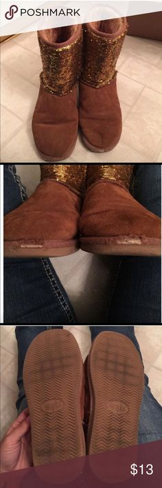 Apres gold boots Worn several times. The toes and heels of the boots are slightly worn down, but otherwise in great condition. Size 8. Lots of life left! 😊 offers welcome. Shoes Winter & Rain Boots