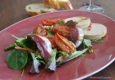 Ensalada de tomate confitado, foie y jamón de pato con vinagreta de miel y pistachos.