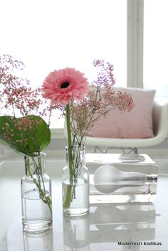 decoratie: een paar bloemen in helder glas / decoration: flowers in clear glass