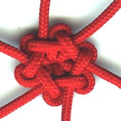 Pinner says: This is a great tutorial on making a Star Knot. While it's more difficult than many knots we use, this one is well worth the effort to learn and use on one of your next paracord projects. Paracord Tutorial, Paracord Knots, Paracord Bracelets, Cotton Cord, Knot Braid, Parachute Cord, Micro Macramé, Macrame Knots, Macrame Art