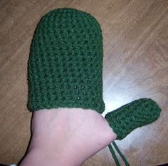 Easy Crochet Mittens - Hmmm - this is an interesting technique and very easy...one commenter on the post said she made 10 pair in one weekend...