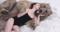 Dos muchachas y un oso amistoso de 635 kilos - Planeta Expresivo