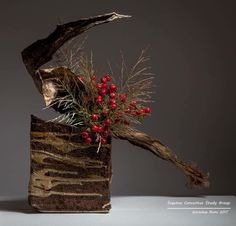 Ikebana Flower Arrangement, Ikebana Arrangements, Modern Flower Arrangements, Art Floral, Floral Design, Christmas Arrangements, Christmas Decorations, Ikebana Sogetsu, Japanese Flowers