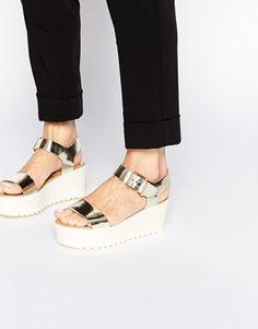 Miss KG – Poppy – Zweiteilige Metallic-Sandalen mit flacher Plateausohle