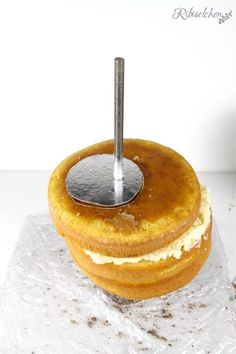 Tutorial für eine stehende 3D Olaf Torte mit Schritt-für-Schritt Fotos Rice Krispies, Bolo Olaf, Jelly Desserts, Gravity Cake, Cake Decorating Tutorials, Cake Recipes, Frozen, Illusion, Panda