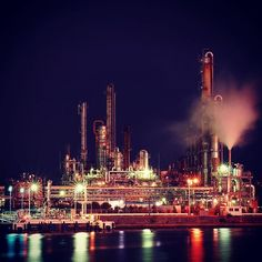 Instagram【riku_anemone】さんの写真をピンしています。 《写真好きの親友と工場地帯にやってきた #工場地帯#夜景#四日市#写真#伊勢湾#絶景#コンビナートはロシア語 #四日市コンビナート夜景 #美しい》