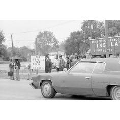 """Atheist Demonstration VI Chicago 1979; il rapporto con la Chiesa cattolica negli Stati Uniti è sempre stato turbolento. Durante la visita alla cattedrale """"Holy Name"""", il santo padre Giovanni Paolo II è stato contestato da un gruppo di atei."""