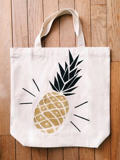 Hand painted pineapple tote bag por gushinggold en Etsy