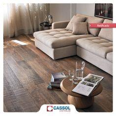 Porcelanatos que imitam madeira são práticos na hora da limpeza e deixam a sua casa bonita como se fosse madeira de verdade. Produto: Porcelanato Peroba Envelhecida Castanho – Portobello (Cód. 937993).                                                                                                                                                     Mais