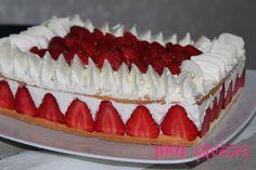 """Bonjour à tous, Pour profiter de la saison des fraises je vous propose ce """"fraisier"""" que j'ai réalisé il y a quelques jours. Ce n'est pas le vrai fraisier à la crème mousseline (que vous pouvez retrouver ici) mais une variante (que vous pouvez trouver..."""