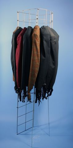 Titel: Schouder aan schouder. Materiaal: textiel, ijzer Hoogte: 1.7 m Kunstenaar: Jacqueline van Bergeijk
