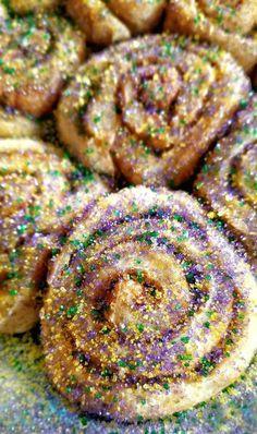 Mardi Gras Cinnamon Rolls - My Pretty Brown Fit - Mardigras Mardi Gras Centerpieces, Mardi Gras Decorations, Mardi Gras Food, Mardi Gras Party, Mardi Gras Desserts, Mardi Gras Costumes, Cinnamon Rolls, Holiday Recipes, Holiday Treats