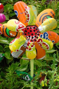 Soda can flowers for your garden!! Better start saving your soda cans!!