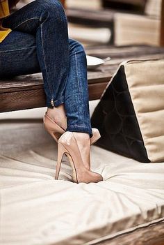 .if only I could walk without killing myself in shoes like that. Love the look of skinny jeans and heels though.