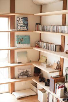 古い家の思い出を残し、図書館のような家に改築」荒木毅建築事務所の ... 壁面収納 Bookshelf Room Divider, Corner Bookshelves, Bookcase, Diy Dvd Storage, Wall Storage, Partition Design, Wall Mounted Shelves, Corner Designs, Smart Home
