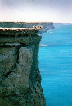 Los acantilados de Bunda, el fin del mundo en Nullabor Estas abruptas paredes de piedra caliza tienen una altura de entre 60 y 120 metros y se encuentran en el límite con el océano de la llanura de Nullarbor, una zona árida situada en el norte de la Gran Bahía Australiana.