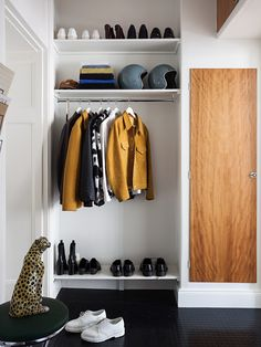Organized & clean entryway with an edgy twist Hallway Inspiration, Interior Inspiration, Humble House, Dressing Room Design, Hallway Storage, Laundry Room Design, House Entrance, Mudroom, Ideal Home