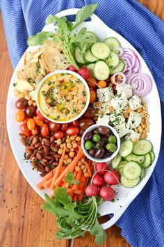 Become a party platter expert! This Harissa Hummus Recipe takes just 10 minutes to make so you have time to make an impressive tray of yumminess. Get our tips! Cheat Meal, Hummus Platter, Fresco, Healthy Snacks, Healthy Eating, Vegan Party Food, Protein, Legumes Recipe, Vegan Recipes