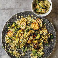 Ein Salat, der einfach alles hat: frische Kräuter, geröstete Zucchini, gebratenen Halloumi und on top knusprige Pinienkerne. Die Grundlage bildet nussiger Quinoa. Da passt alles! Christiane ORIGINA…