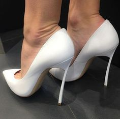 Great white pumps and toe cleavage