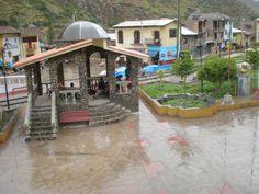 Camino de Ayacucho a Huancavelica, baje de un bus rumbo a Huancayo en este poblado al que llegué entre las 2 o 3 de la madrugada, con llovizna y escuchando el bramido del río. Refugiado en esta glorieta de una comunidad que dormía.
