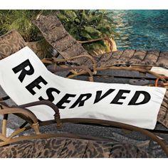 """Badhanddoek """"Reserved""""  Met dit strandlaken ben je altijd verzekerd van een plaatsje bij het zwembad en dat is toch in de zomer moeilijk te verkrijgen. Behalve super origineel en praktisch is dit ook nog een heerlijk zacht strandlaken verpakt in een transparante tas om mee te nemen naar het strand."""