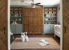 42 Ideas house in the woods fixer upper open shelving Fixer Upper Style, Murphy-bett Ikea, Modern Murphy Beds, Murphy Bed Plans, Diy Murphy Bed, Murphy Bed Bookcase, Queen Murphy Bed, Chip And Joanna Gaines, Built In Cabinets