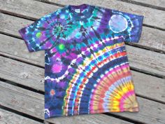 all of you who love to tie dye, here's a really cool pattern you can do that's different from the usual spiral.For all of you who love to tie dye, here's a really cool pattern you can do that's different from the usual spiral. Diy Clothes Projects, Clothes Crafts, Kids Tie Dye, How To Tie Dye, Tie Dye Folding Techniques, Diy Tie Dye Shirts, Diy Summer Clothes, Summer Diy, Summer Crafts