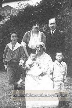 Abdulhamid'in kızı Ayşe Osmanoğlu , ikinci eşi Mehmet Ali Rauf bey Abdulhamid Rauf beyi kucağında tutan Sultan Abdulhamid'in sekizinci eşi Müşfika kadınefendi , solda Ömer Nami bey , Sağda Osman Nami bey