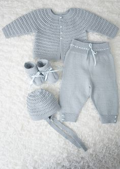 Designene i denne hentesett katalogen strikkes i Dale BabyPrecious layettes knit in the finest quality wool. All of the heirloom-quality layettes in this book are perfect for any new bundle of joy. Featuring high-quality patterns and made in yarn tha Baby Boy Knitting Patterns, Baby Sweater Patterns, Baby Cardigan Knitting Pattern, Knitting For Kids, Baby Patterns, Knitting Books, Baby Pullover Muster, Baby Barn, Baby Layette
