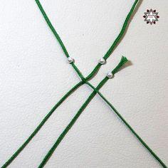 Tutorial: Grid pattern bracelet – Macramotiv Macrame Necklace, Macrame Jewelry, Macrame Bracelets, Diy Friendship Bracelets Patterns, Diy Tutorial, Weaving, Knitting, How To Make, Handmade Bracelets
