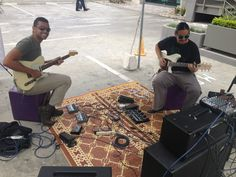 Disfrutando de la música en el #MercadoKm0.