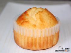 """La receta de Pastelitos de limón doble es de Nicola Graimes, autora de varios libros de recetas, pero que en esta ocasión encontramos en el libro Cocinar mejor (del que ya os hablamos en Gastronomía & Cía), donde indica que """"el secreto de unos pastelitos buenos y ligeros es no remover demasiado la mezcla, unos pocos grumos no importan"""".Nosotros no hemos dejado grumos en los Pastelitos de limón, pero tampoco los hemos batido mucho a la hora de hacer la masa como en otras recetas. Y han ..."""