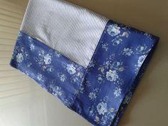 Toalha de mesa quadrada com 1,50 x 1,50 m dupla face. Confeccionada em tecido 100% algodão. <br> <br>**A ESTAMPA floral pode ser ALTERADA de acordo com a disponibilidade de tecidos, mas mantendo-se as cores originais da fotografia da toalha.