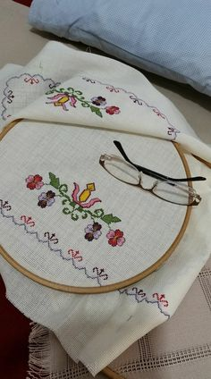 This Pin was discovered by Sib Cross Stitch Borders, Cross Stitch Rose, Cross Stitch Designs, Cross Stitching, Cross Stitch Embroidery, Cross Stitch Patterns, Hand Embroidery Designs, Embroidery Patterns, Knitting Patterns
