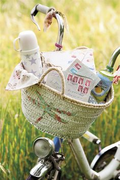 Un cesto para la bici muy romántico  El cesto de paja es de Filocolore y las cuerdas elásticas que lo sujetan, de Tiger.