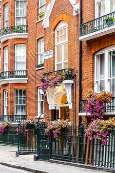 Marylebone is as lovely as central London neighborhoods get. If you're up for exploring, here's a quick guide to the area. London Blog, London City, London Pubs, London Restaurants, London Eye, England Uk, London England, Beautiful World, Beautiful Places