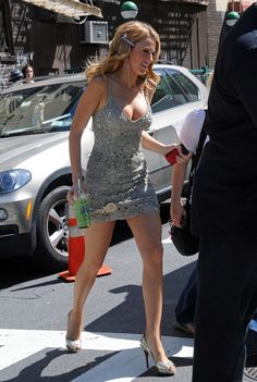 blake-lively-cleavage-candids-on-gossip-girl-set-in-new-york-08