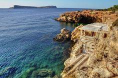 La plage de Cala Comte, On connaît Ibiza pour son ambiance festive. Mais cette île de l'archipel espagnol des Baléares offre aussi un autre visage : des villages pittoresques, des côtes ponctuées de pinède, des criques cachées ourlées de plages de sable fin… Cap sur un petit paradis méditerranéen. Côte découpée et baignée par des eaux limpides, végétation méditerranéenne qui se fraye un chemin à travers la roche... Voici la plage de Cala Comte, dans le sud-ouest d'Ibiza. Un havre de paix……