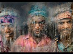 Segundo lugar no concurso, retrato feito por Faisal Azim mostra homens que trabalham com a exploração de cascalho observando através de uma janela suja, em Chittagong, Bangladesh