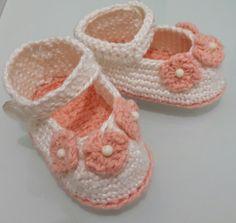 Sapatinho de crochê para recém nascido. Tema floral. Podendo ser confeccionado em qualquer combinação de cores da sua preferência.